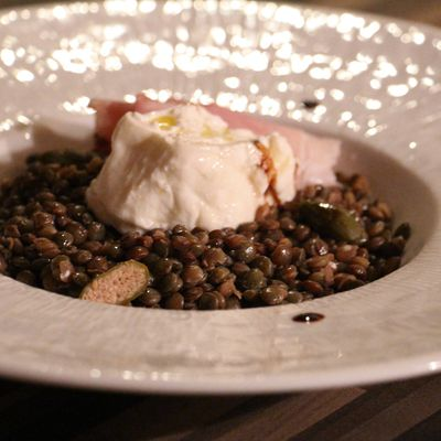 Salade de lentilles tièdes à la burrata et au speck