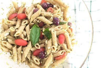insalata di pasta integrale con pesto di basilico, feta e datterini