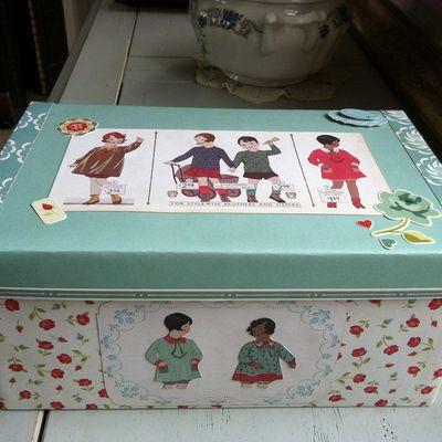 Réalisée avec une boite à chaussure, une jolie boite vintage: