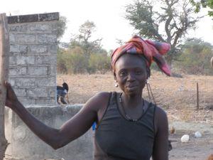 La femme de Siméon et les enfants du village qui nous courent après, à notre départ.