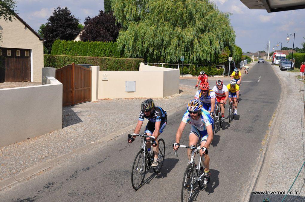 Course organisée par le Stade Vernolien Cyclisme le 21 Juillet à Mandres photos des 1ère et 2ème Cat. Podium de la course et du Challenge du Sud de l'Eure