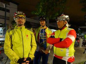 Baillements et discussions techniques au petit matin ! Place de Sfax les nuits sont colorées et animées...