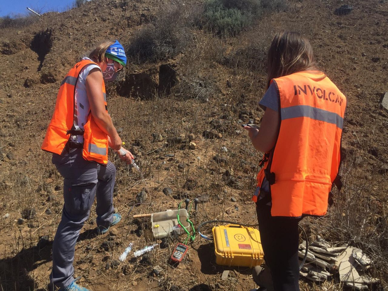 INVOLCAN continues to work in the field. Colleagues Alba and Bev take gas samples to be able to estimate the level of carbon dioxide emitted by the volcanic system of Cumbre Vieja / photo Twitter 16.09.2021