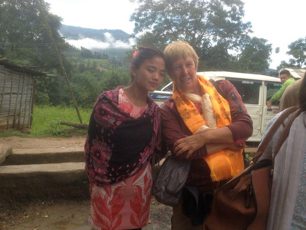 DJULÉ DJULÉ rend visite à Tarka dans son village au NEPAL