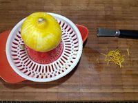 2 - Décortiquer les crevettes roses, ôter le boyau central, couper les crevettes en deux dans le sens de la longueur, les verser dans la marinade et laisser macérer 15 à 20 mn au réfrigérateur. Pendant ce temps, verser les 2 cuil. de mayonnaise dans un bol. Récupérer les zestes du 1/2 citron restant et presser le jus, les ajouter à la mayonnaise et mélanger.
