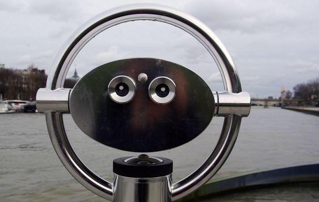Sur l'île aux brumes, autoportrait à la longue-vue