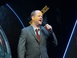 Monsieur Joss Whedon ouvre le Show !  Mister Joss Whedon opening the show!