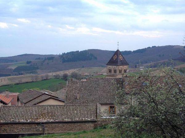 « Enfin, presque caché dans un repli de terrain, voici le dernier village du haut Beaujolais, celui qui s'élève au-dessus de tous les autres : Vauxrenard. » la maison Perraud est en haut !