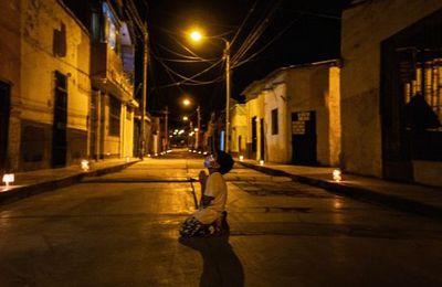 Pérou : Covid-19, un garçon de 6 ans implore Dieu à genoux en pleine rue
