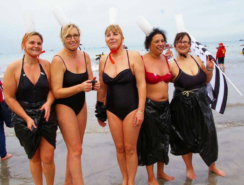 Ce samedi 31 décembre 2011, comme tous les ans, se déroulait sur la plage de l'écluse à Dinard, le dernier bain de l'année. Organisé et encadré par l'association des secouristes de la côte d'émeraude.