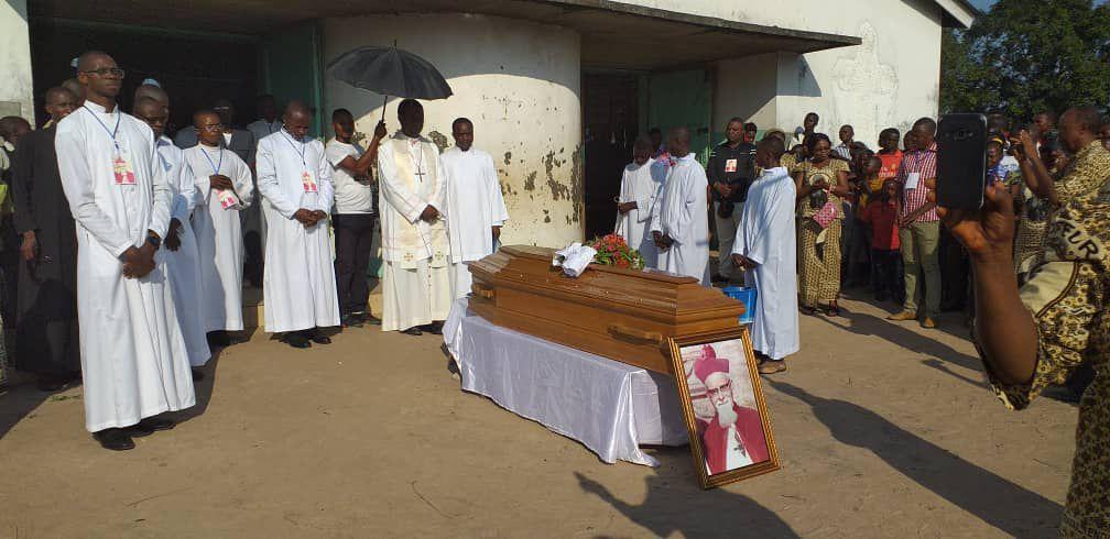 INHUMATION DES RESTES DE MGR JOSEPH HAGENDORENS  DANS LA CATHÉDRALE DU DIOCÈSE DE TSHUMBE