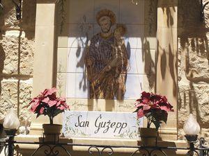 Au détour d'une rue (à Victoria) ; Jésus protecteur (à Mdina) ; pieuse brocante (à La Valette) ; adoration d'un saint (à Rabat).