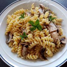 Pâtes aux champignons et noix de cajou de Laurent Mariotte dans petits plats en équilibre