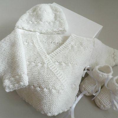 Brassière croisée bébé, bonnet et chaussons, ensemble  ou trousseau blanc mixte, cadeau de naissance fait main bb