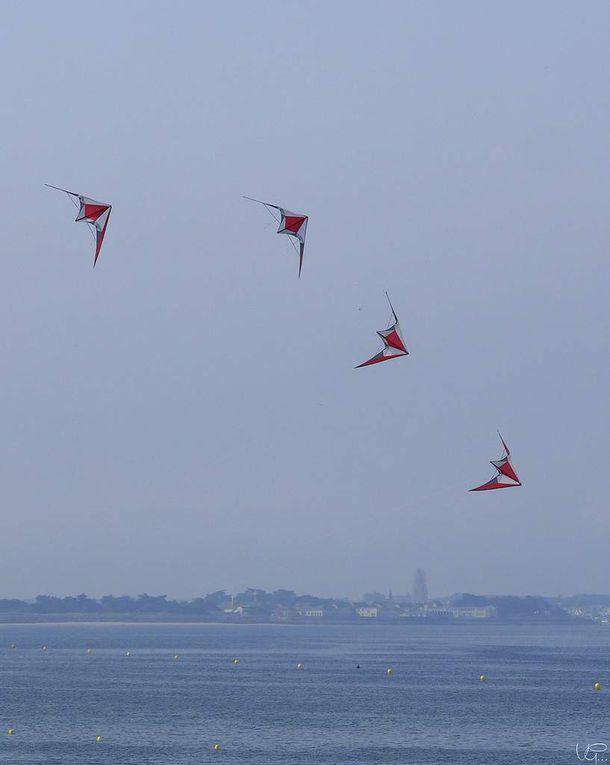 Steff Fermé, champion du monde de cerf-volant acrobatique et l'équipe de France de cerf-volant acrobatique font le spectacle