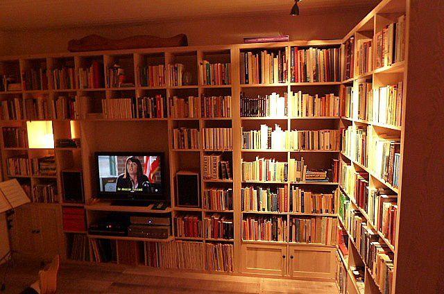 Bibliothèques en bois massif et étagère, résolument modernes.