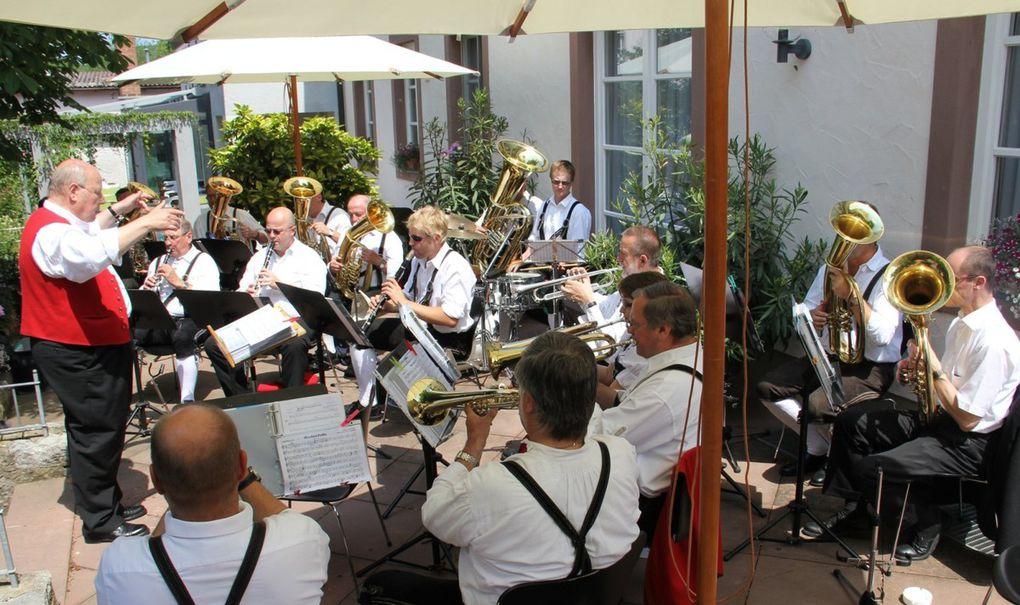 Kunst von neun Veitshöchheimer Künstlern und Musik am Main:  Promenadenmischung und Hobbykünstlermarkt in Veitshöchheim am 14. Mai 2015