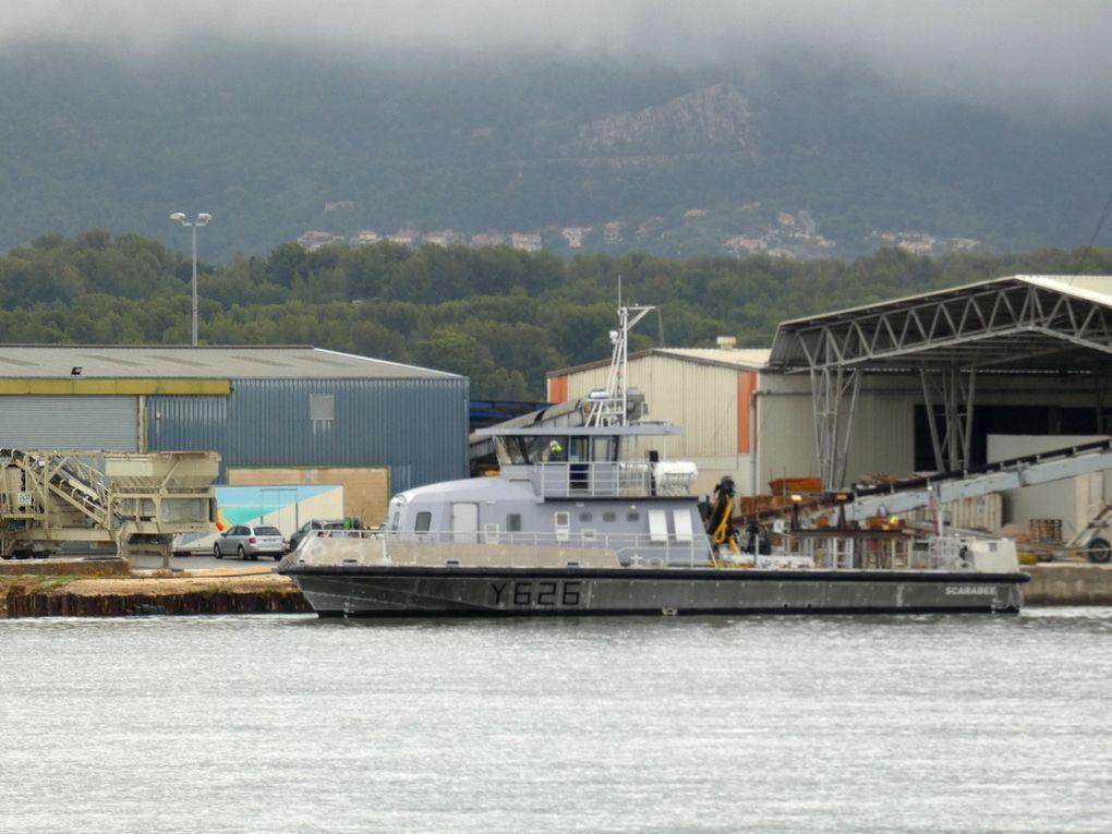 SCARABE  Y626 ,Chaland Multi-Missions, (CMM), en attente d'embarquement sur cargo à la Seyne sur mer pour rejoindre son port base , le 21 octobre 2019