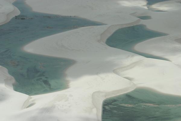Le Parque Nacional dos Lençóis Maranhense couvre 155.000 hectares de plages, de lacs et de dunes. Etiré sur 140km de côtes entre et Primera Cruz, à l'ouest de Barreirinhas, un étrange paysage de dunes mouvantes a créé un écosystème unique et fragile. Les sables s'étendent jusqu'à 50km vers l'intérieur, et progressent par endroits de 200m chaque année. Balayées par les vents, des crêtes hautes de 50m se structurent en relief perpétuellement changeant.