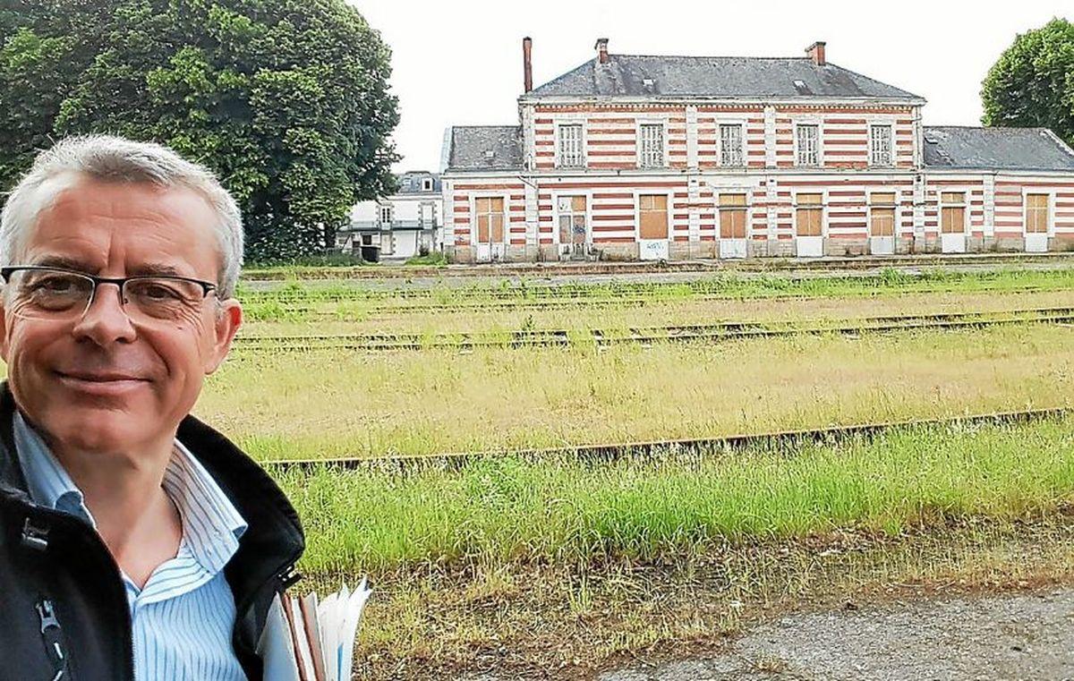 En 2018 : l'ancien halluinois Jean-Philippe Vanwalleghem devant l'ancienne gare de Pontivy (Morbihan) devenue sa propriété !