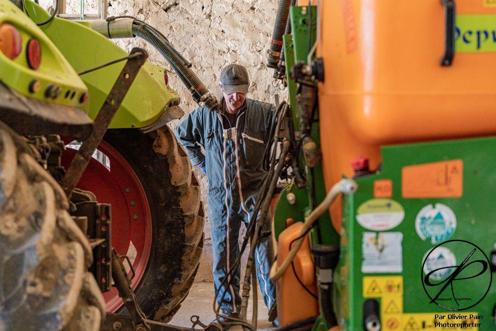 Reportage sur l'agricuture : L'arrière de l'outil d'épandage en attente d'être fixé sur l'arrière du tracteur.
