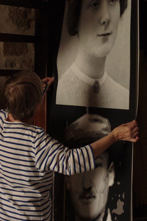 Catherine Lhuissier aidée de Brigitte Paillet pour son installation...Mes tubes sont en place !