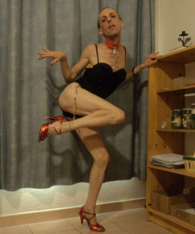 BACCHANALE ~ diaporama d'une fausse blonde, d'une danseuse authentique de tango rioplatense, une beauté, une laideur vauclusienne, les vers d'un amateur, la poésie d'une travestie amoureuse exclusivement des milongueros, qu'ils soient argentins ou non. Truculente, émouvante et charmante plume qui se laisse boire comme du petit lait, un-e écrivain-e à écriture automatique et inclusive, qui a horreur des alcools forts, préférant au vin rouge le jus de raisin. Les châteaux prennent un accent circonflexe et mademoiselle Violette mérite une bonne fessée !