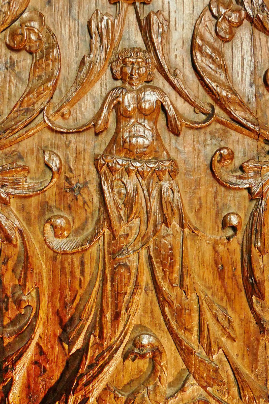 Dorsaux des stalles nord (chêne, vers 1518-1525) de l'ancienne collégiale de La Guerche-de-Bretagne. Photographie lavieb-aile octobre 2020.