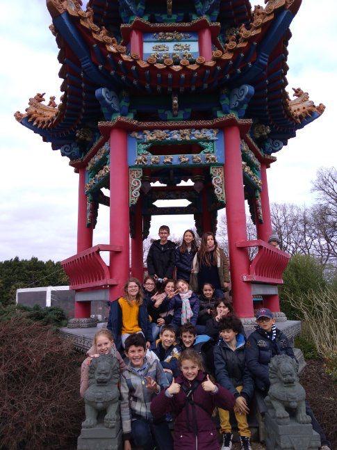 Photo de groupe devant l'hébergement avant le départ pour le zoo de Beauval...