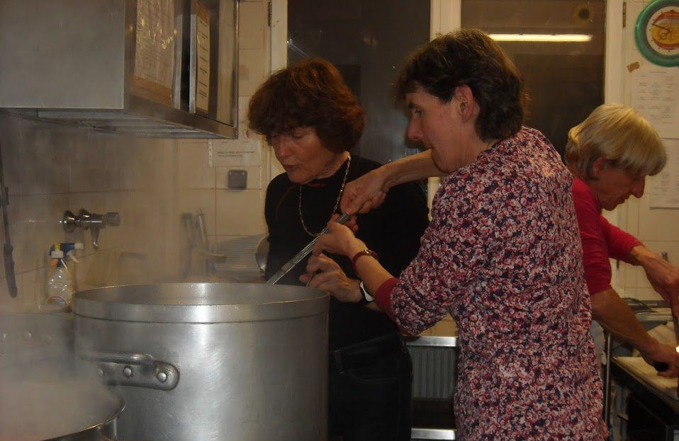 Et voici l'équipe CAF au boulot en cuisine !