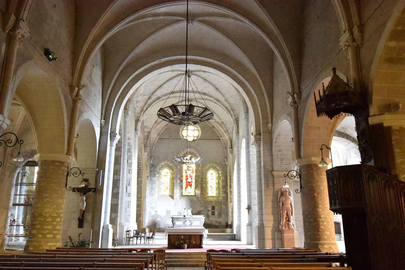 L'église de Château-Renard dans le loiret, ses remparts et son donjon.