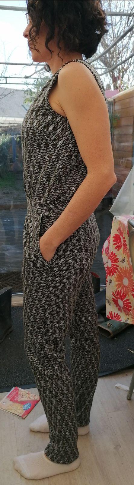 Une combinaison longue et une robe en crêpe pour les fêtes de fin d'année 2020