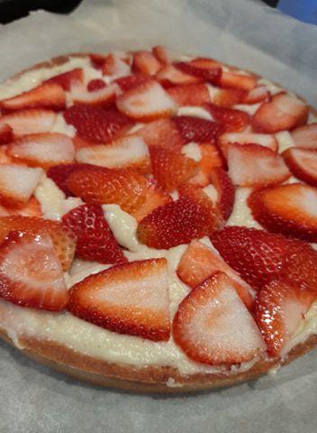 la saison des fraises a commencé !!!! un délice ,elles vont devenir de plus en plus sucrées ... un régal , je vous propose cette tarte ultra gourmande