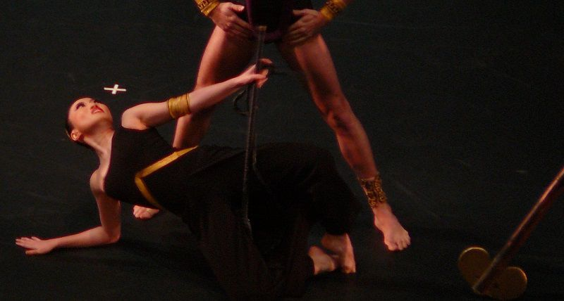 Fang-Yi Sheu (Clytemnestre) au pied d'Egisthe (Maurizio Nardi)