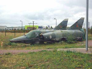 Les Dassault Mirage IIIB N°245 et IIIR N°352 attendent leur remontage.