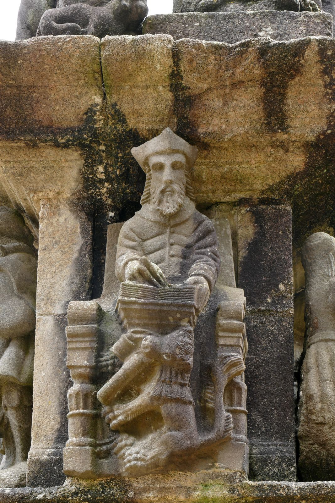 Calvaire (kersanton, 1581-1588)  de l'enclos paroissial de Guimiliau. Photographie lavieb-aile 2021.