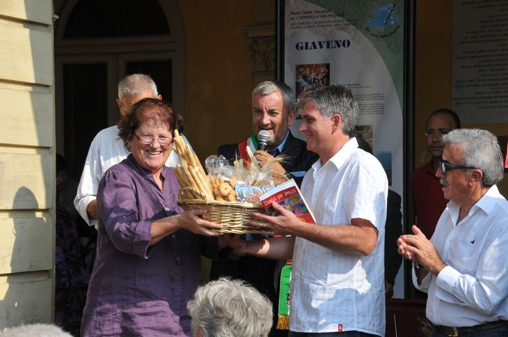 La ville de Saint-Jean-de-Maurienne était représentée lors de la Fête du Pain à Giaveno (Italie), une commune avec laquelle les liens tendent à se développer.  Photos : P.Dompnier