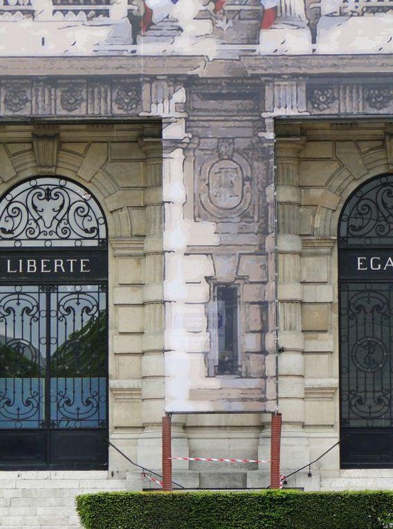 Installation d'une bâche très grand format, bâche trompe l'œil sur échafaudage. habillage décorative de l'échafaudage de la façade de la mairie IVRY. Réalisation d'un motif trompe l'oeil.