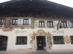 A Oberammergau, on peut admirer les nombreuses belles fresques peintes sur les façades des maisons bavaroises. Des images religieuses mais pas que ! Alors, vous les avez reconnu les trois contes ou je vous fais un dessin ?!