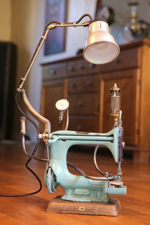 Famille de lampes que j'ai réalisé à partir d'anciens jouets machines à coudre en métal.
