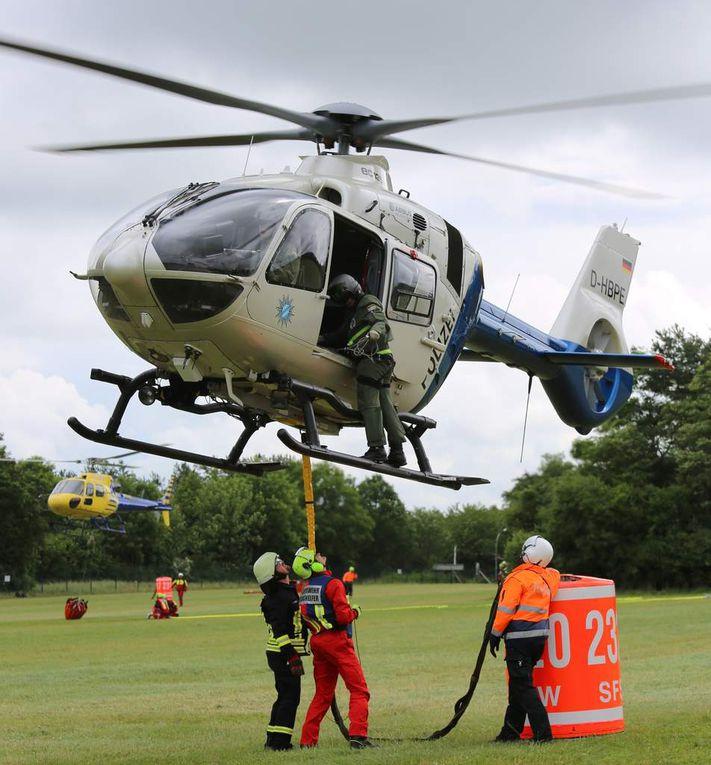 Die Helfer übten immer wieder, Löschwasserbehälter an die Helikopter einzuhängen.