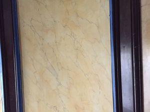 Protection des panneaux adjacents, du tapis d'escalier, de la rambarde et des moulures d'encadrement.