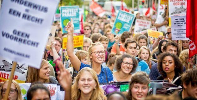 En Belgique, des milliers d'étudiants dans la rue contre les coupes budgétaires et la hausse de 30 % des frais d'inscription