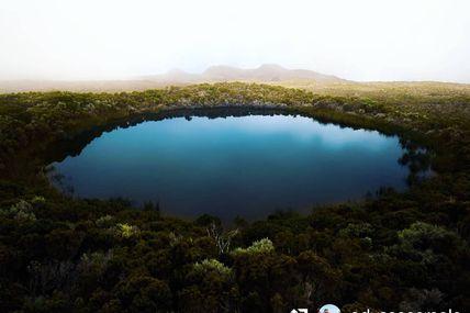 Piton de l'Eau  On a décidé de vous partager ce bien joli spot : piton de l'eau. Il se situe dans la région volcan ( Piton De La Fournaise ) à quelques mètre de l'enclos !
