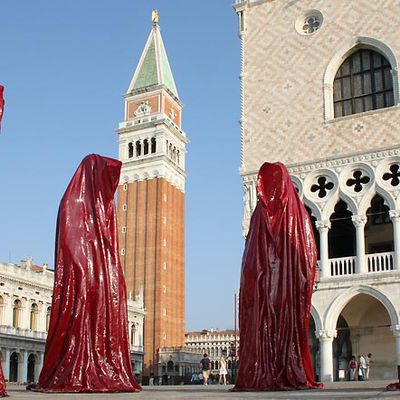 """The light art project timeguards """"Madonna and sisters"""" by Manfred Kielnhofer on tour in Venice"""