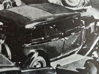 Dans les années 30 avec son chauffeur en tenue - Dans les années après guerre - Au milieu de la circulation nous montrant sa partie toit ouvrant à l'arrière - Vus de 3/4 arrière - La portière avant droite rabattue  - Cliquer sur chaque image pour la voir en entier.