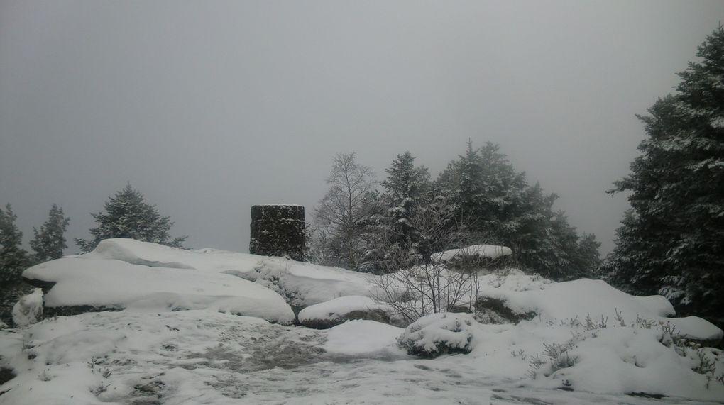 C'est toujours avec une grande impatience, que nous attendons les premières chûtes de neige. Le Schneeberg est un indicateur pour tout amoureux de la montagne de la Petite  Suisse d'Alsace. Le Schneeberg est blanc, ce week-end, on y monte.... Les accès sont multiples, par Wangenbourg, par le Col des Pandours, par la Schneematt, par les Fermes du Schneeberg ou par Windsbourg. Pour ma part, je préfère les montées par le haut de la vallée de la Mossig, qui est bien plus sauvage et surtout moins fréquenté.