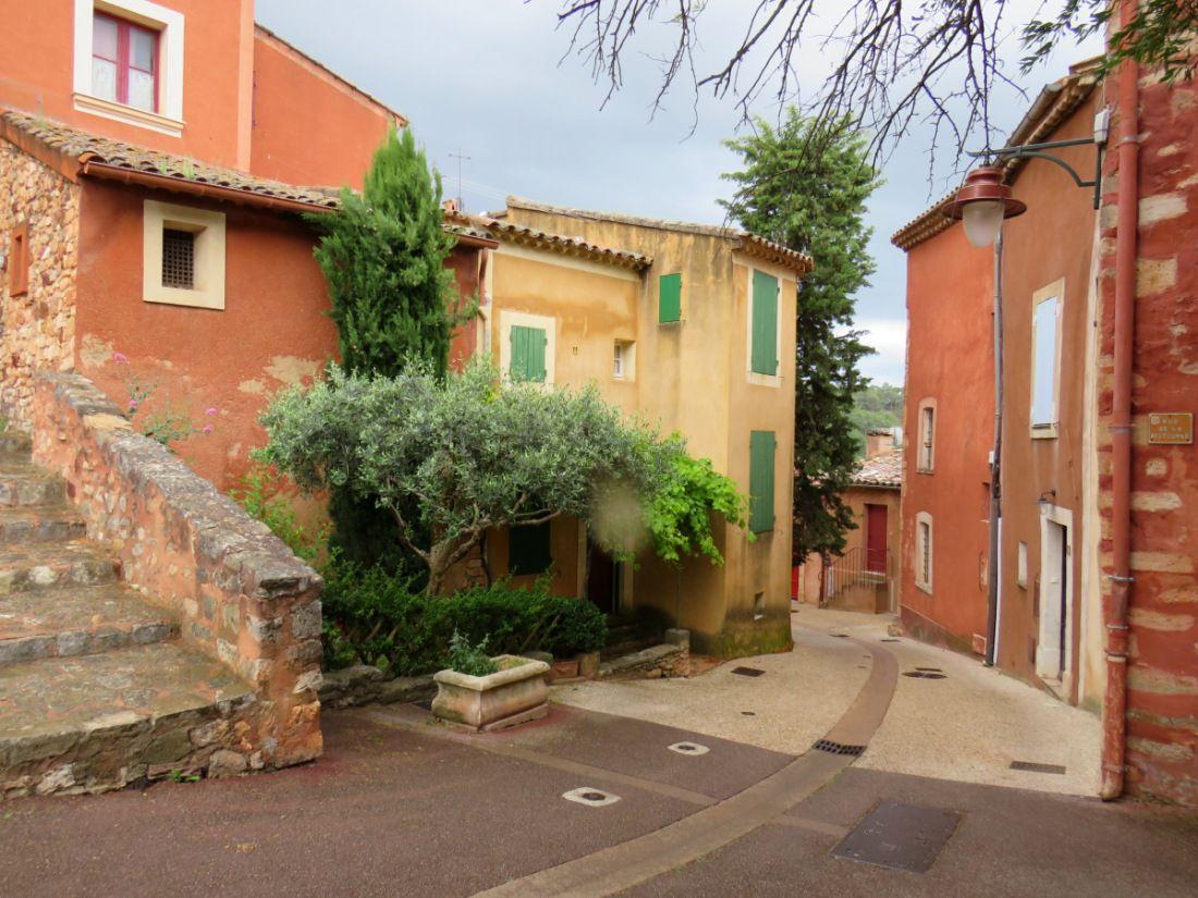 """""""Un des plus beaux villages de France"""", coloré, au pied des plateaux des monts de Vaucluse"""