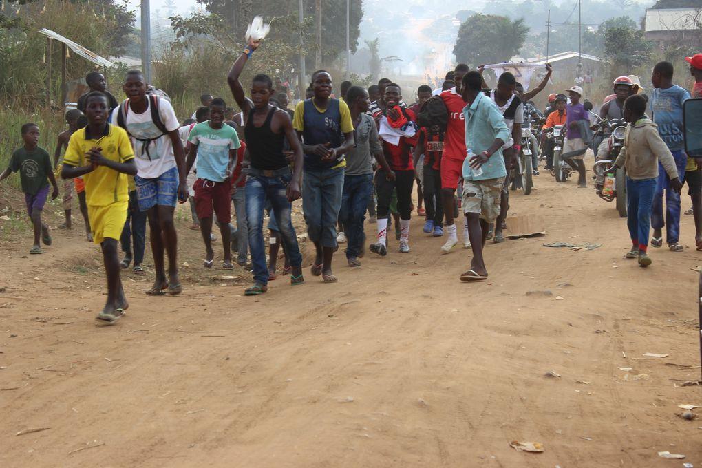 Euforia dos vencedores no fim de uma partida de futebol na Damba