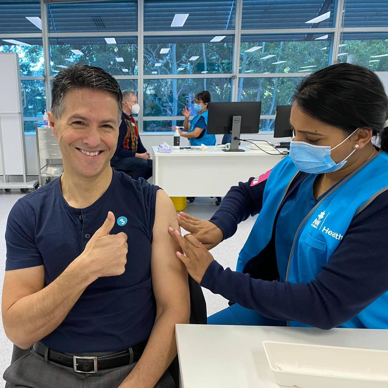 Le ministre australien Victor Dominello paralysé du visage 3 mois après une vaccination contre la Covid (Le Media en 4-4-2)